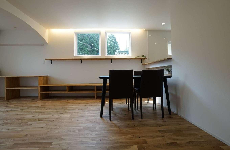 RIKYU (リキュー)【二世帯住宅、間取り、建築家】子世帯のLDKはフローリングの色をやや濃いめに。緑の借景を楽しみながら気持ちよく過ごせる。造作家具の美しい収まりは『リキュー』ならでは