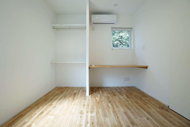 RIKYU (リキュー)【二世帯住宅、間取り、建築家】ウォークインクローゼット内に設けた家事コーナー。アイロンがけをしたり、PC や読書も楽しめる