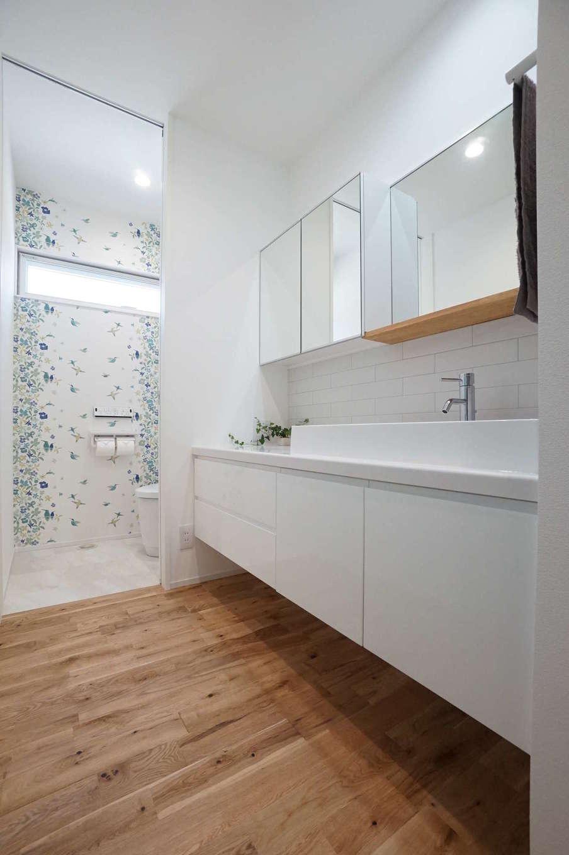 RIKYU (リキュー)【二世帯住宅、間取り、建築家】家族が増えたときのことを考え、鏡を多めに設置した洗面コーナー。脱衣室と別々にしたことで、誰かが入浴中でも自由に利用できる。トイレの爽やかなクロスは『リキュー』の女性コーディネーターと一緒に選んだ