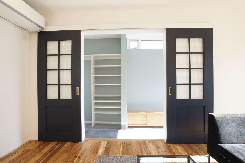 RIKYU (リキュー)【収納力、間取り、建築家】土間玄関とリビングを仕切る格子の引き戸がお気に入り。色の使い分けに建築家のセンスを感じる