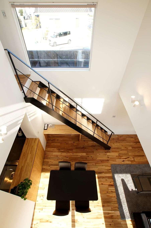 RIKYU (リキュー)【収納力、間取り、建築家】鉄骨階段の途中で用水路を眺められるよう、大きなFIX 窓を設置した