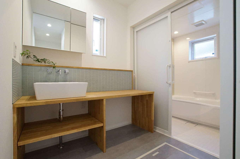 RIKYU (リキュー)【収納力、間取り、建築家】ゆったりとした洗面脱衣室。棚は造作。引き戸の浴室は将来的にも便利