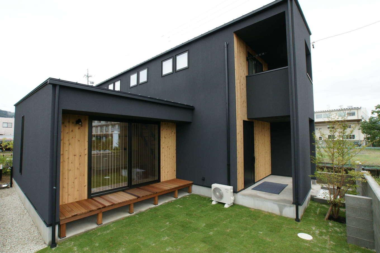 RIKYU (リキュー)【デザイン住宅、間取り、建築家】ブラックのサイディングと無垢板がバランス良く調和した外観デザイン。抜け感のあるポーチが建築家住宅らしさを思わせる。リビングの窓を開けると中庭との一体感が生まれ、より開放的な雰囲気に
