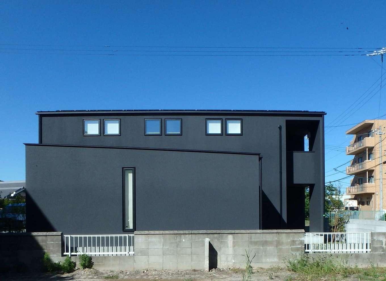 RIKYU (リキュー)【デザイン住宅、間取り、建築家】タテ・ヨコのラインが美しい北側の外観。室内がこんなに明るいとは外からは想像もできない