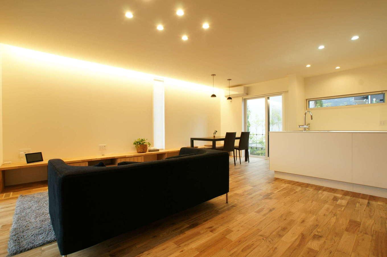 RIKYU (リキュー)【デザイン住宅、間取り、建築家】目線が対角線上に抜けて、より開放感が生まれた24畳のLDK。天井の高さ、間接照明の量、窓の配置など、ディテールにまで徹底してこだわっている