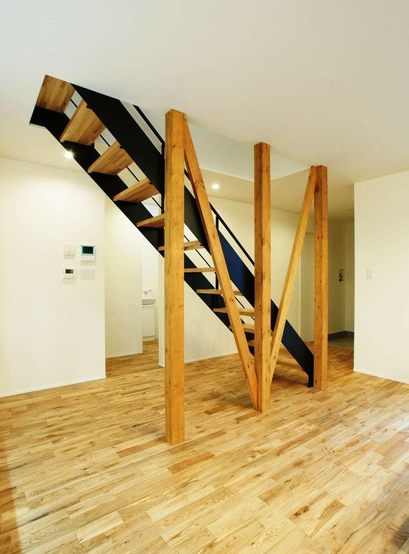 RIKYU (リキュー)【デザイン住宅、間取り、建築家】オブジェのように美しい鉄骨階段。無垢のフローリングの経年変化も楽しみにしている