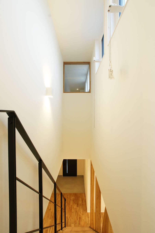 RIKYU (リキュー)【デザイン住宅、間取り、建築家】吹抜けの階段室は、子ども部屋とのコミュニケーションもとりやすい。黒いアイアンが白い空間に映える