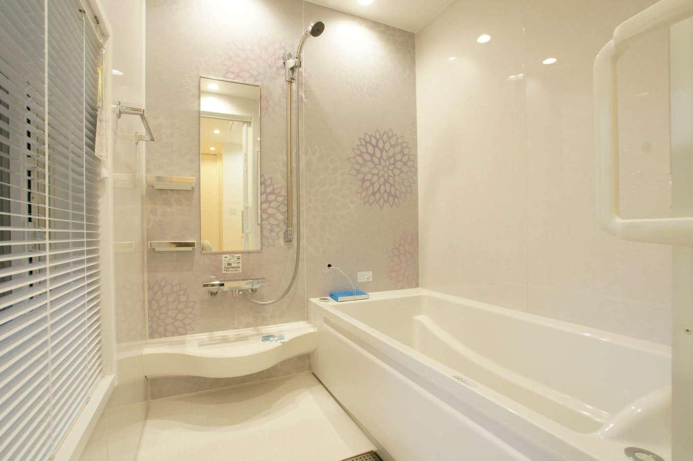 RIKYU (リキュー)【デザイン住宅、間取り、建築家】清潔感のあるバスルーム。大きな開口部を設けたことで水が蒸発しやすく、カビが生えにくくなる