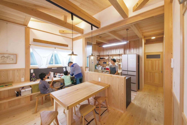 住まい工房 整建【デザイン住宅、和風、間取り】ダイニングキッチンは無垢と漆喰仕上げのすこやかな空間。窓際のスタディコーナーの壁はマグネット仕様