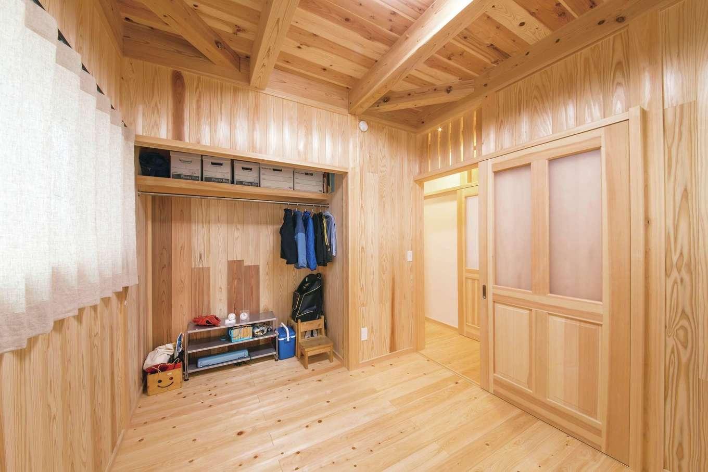 住まい工房 整建【デザイン住宅、和風、間取り】2部屋ある子ども部屋はどちらも全面スギ板張り。収納の扉はあえて設けず開放感を優先