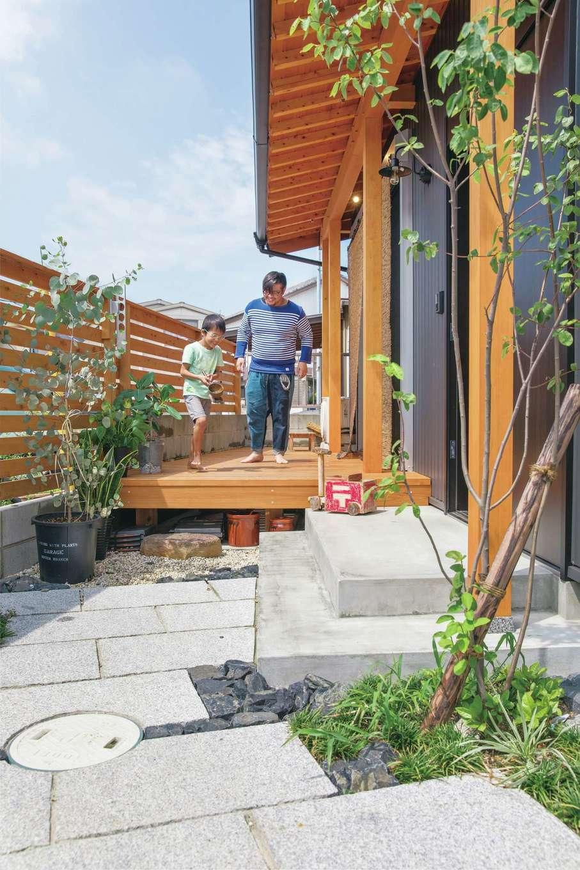 住まい工房 整建【デザイン住宅、和風、間取り】フェンスまで伸ばしたウッドデッキはアウターリビングとして活躍