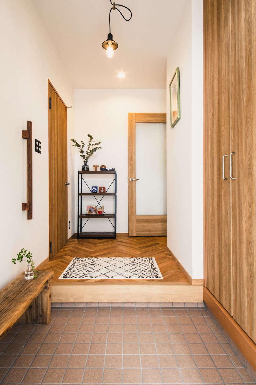 「せっかく一軒家に住むので、自分達の好きなデザイン・素材を取り入れた空間が良かった」というご夫婦。建具などまだ使えるものはリメイクで採用しつつ、床や壁は本物素材に変更するなど、デザインとコストバランスを上手に両立した