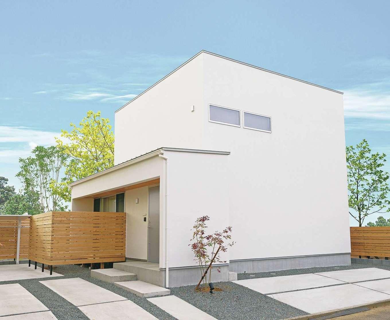 住家 ~JYU-KA~【間取り、デザイン住宅、建築家】外観はシャープさと塗り壁のあたたかみが適度に調和。通り側を閉じ、プライバシーを守っている