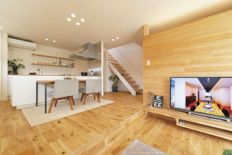 素材や色味の選択は『住家』の提案をベースに。床のオークと塗り壁が洗練にぬくもりと上質さをプラス。テレビ背後の壁には節のないツガを選んだ