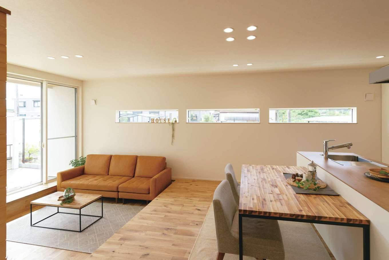 住家 ~JYU-KA~【間取り、デザイン住宅、建築家】リビングを一段下げ、穏やかに役割を分割。段差はベンチ変わりにも