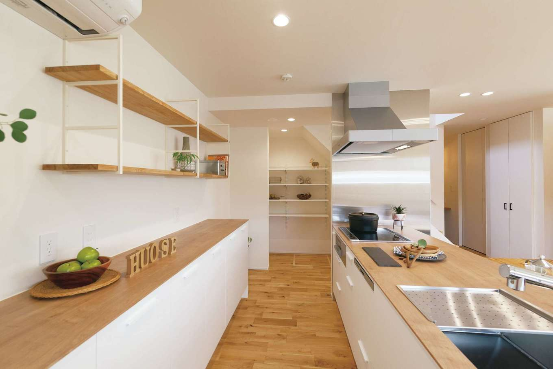 住家 ~JYU-KA~【間取り、デザイン住宅、建築家】キッチンは『住家』のオリジナル。奥にはパントリーを用意