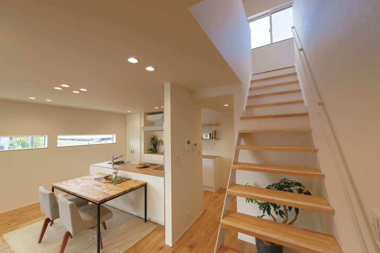 オープンな間取りが家族のつながりを育む。窓の高さや形状は隣家からの視線に配慮