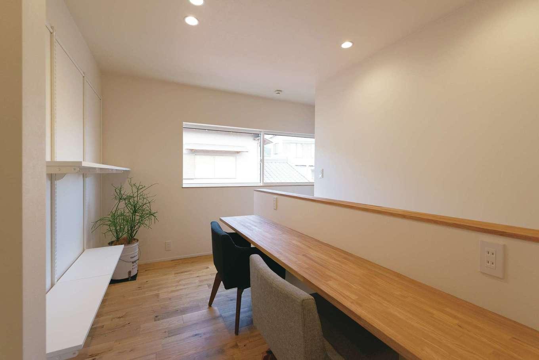 住家 ~JYU-KA~【間取り、デザイン住宅、建築家】2階に設けられた図書コーナー。背後には棚を用意
