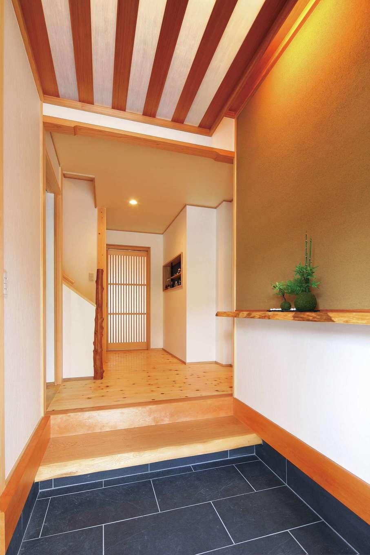 浅井住宅【和風、趣味、自然素材】木と土壁を大工・左官の技と知恵で美しく仕上げた玄関。