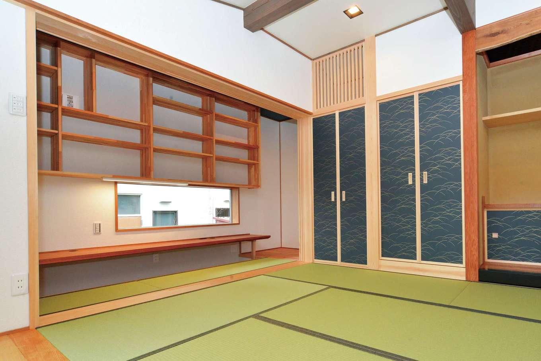 浅井住宅【和風、趣味、自然素材】柱や梁、造作の本棚や机は浅井社長と一緒に材木屋で選んだ。日常から少し離れ、落ち着いた時間を過ごせる空間