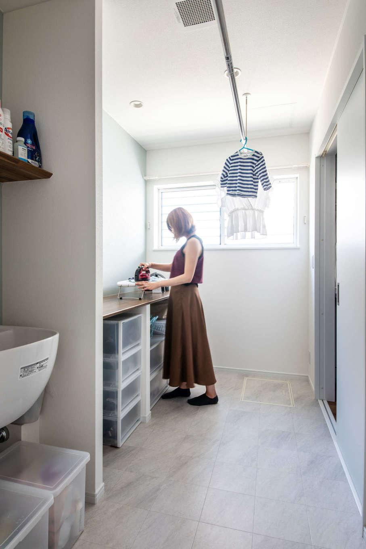 ランドリールームは、奥さまの好みで北欧テイストに。ストレスなく家事ができるよう、広めの作業スペースを確保