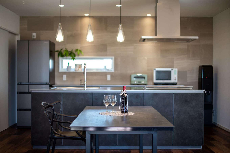 ブラックのアイランドキッチンが存在感を放つ。キッチンの壁面には、調湿機能を備えたエコカラットを取り入れている【イエタテ】