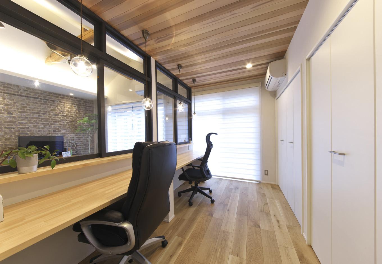 あすなろ設計事務所|奥さまが希望したレザークラフトの作業室。独立性をもちながらも、リビングとほどよくつながる作業室を設けられることが物件探しのポイントだった。無垢の天井と白い建具により、圧迫感のない空間に
