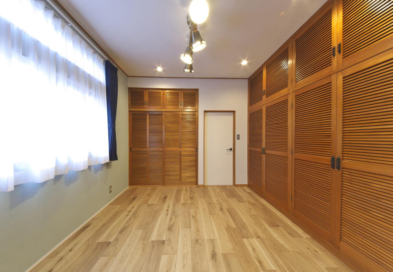 あすなろ設計事務所|来客を通すことのない寝室は、コストに配慮し、クローゼットや建具など使えるものはそのまま使用。仕上げ、照明、取っ手など最小限の変更で清潔感を取り戻した
