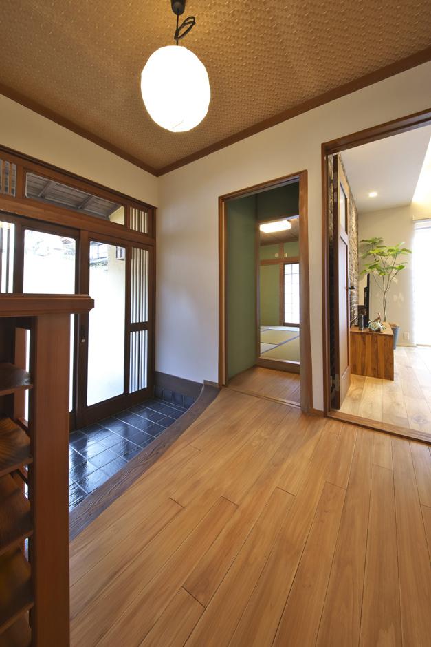 あすなろ設計事務所|木製の玄関がこの家ならではのあたたかさや落ち着きに貢献しているため、床と壁以外はそのまま利用することに。新築では得られない懐かしさや職人仕事による味わいもリノベの魅力