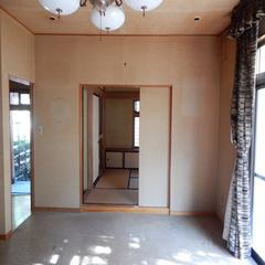 正面がリノベ後にアクセントレンガが貼られた壁。つながっていたリビングと和室をあえて閉じることで、テレビを置く位置が定まり、リビングの過ごし方が整理された。同時に単独の客間が生まれた