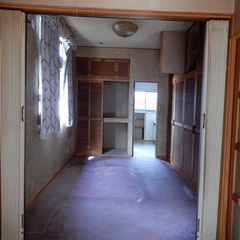 寝室はカーペットやクロスが古さを感じさせるものの、清潔感を出せば問題なさそうと判断した。アコーディオンカーテンの位置に仕切りを設け、手前側の洋室をレザークラフトの作業室へと転換している