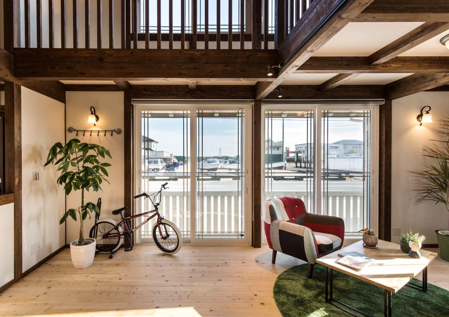サイエンスホーム【浜松市西区雄踏町宇布見9849・モデルハウス】リビングと1.5階部分の窓からたっぷりと光が差し込み室内はいつも明るい