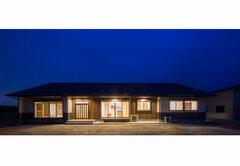 ハイサイドライトから光が注ぐ平屋の二世帯住宅