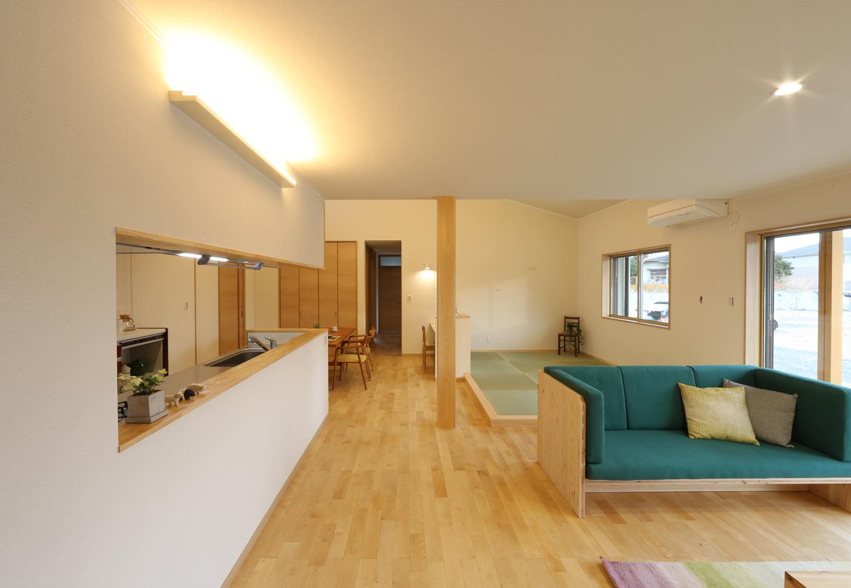 KOZEN-STYLE コバヤシホーム【和風、二世帯住宅、平屋】チェリーの床の優美な木目が安らぎを感じさせるLDK。対面キッチンの正面にリビング、ダイニングの正面に6畳の畳コーナーがあり、それぞれの場所で多様な寛ぎ感を楽しめる。LDKの中央にはヒノキの大黒柱がどっしりと構えている