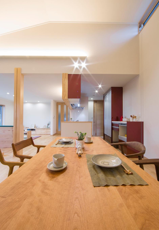 KOZEN-STYLE コバヤシホーム【和風、二世帯住宅、平屋】ダイニングテーブルはキッチンと一列に並べて配置してあるので、配膳や片付けがラクラク。勾配天井にハイサイドライトを設けたことで、LDKがいっそう明るい空間に