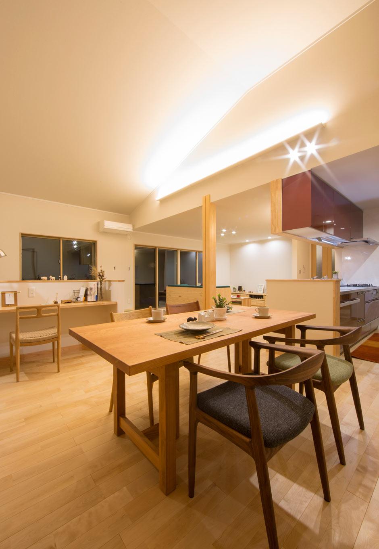 KOZEN-STYLE コバヤシホーム【和風、二世帯住宅、平屋】間接照明が夜のLDKを華やかに演出。暮らしのシーンに応じて灯りを演出できるライティング計画を採用している