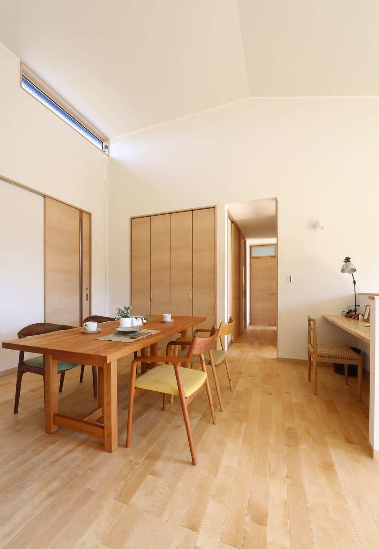 KOZEN-STYLE コバヤシホーム【和風、二世帯住宅、平屋】ダイニングには大容量の壁面収納を設け、LDKでよく使う日用品などをすっきり収納。ダイニングの北側にはキッチンや水回りに通じる裏動線がある