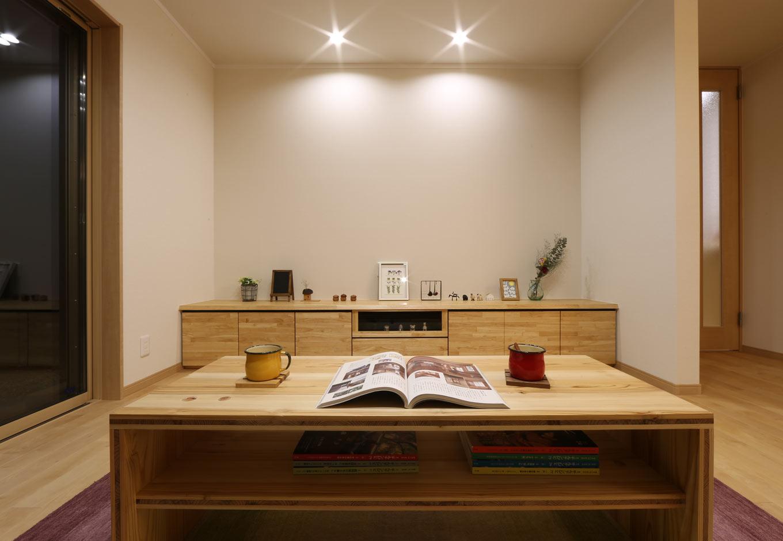 KOZEN-STYLE コバヤシホーム【和風、二世帯住宅、平屋】リビングに設けたローボードは『KOZEN STYLE』のオリジナル。サクラの床とマッチして統一美を感じさせる