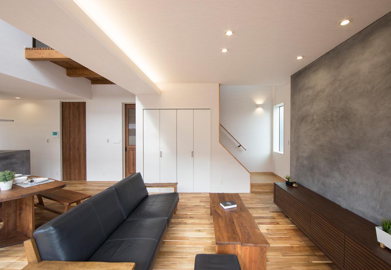 KOZEN-STYLE コバヤシホーム【デザイン住宅、自然素材、省エネ】リビングの壁にはデザインコンクリートを採用。コンクリートに黒い塗料を混ぜ、あえてムラ感を出してビンテージ感を演出。コンクリートは蓄熱性が高いので、冬場に室内の暖気を蓄えてくれる
