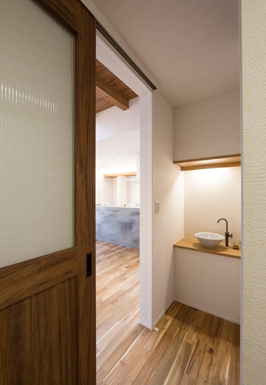 KOZEN-STYLE コバヤシホーム【デザイン住宅、自然素材、省エネ】玄関の突きあたりには「ただいま手洗い」を設置。将来子どもが生まれ育ったときに、家に帰ったらすぐ手洗い・うがいを習慣づけられる