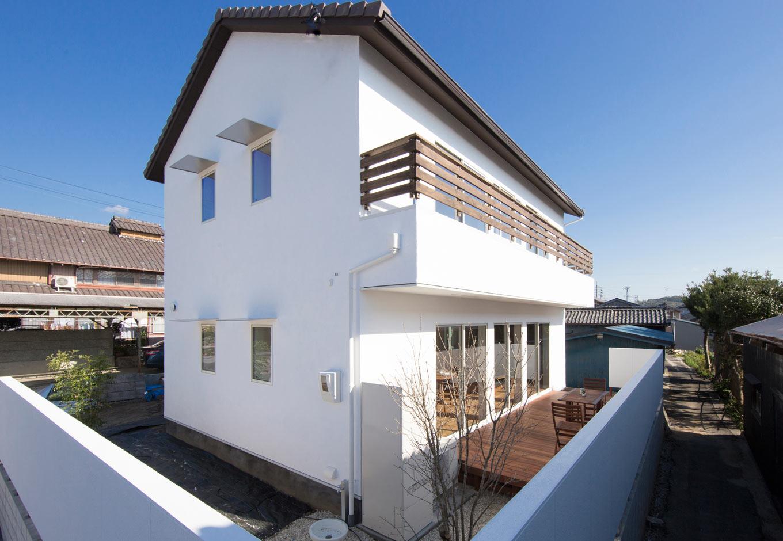 KOZEN-STYLE コバヤシホーム【デザイン住宅、自然素材、省エネ】漆喰塗りの外壁と三角屋根の組み合わせが、どことなく愛嬌を感じさせる外観。外構もトータルでデザインし、陽と光と風を贅沢にとり入れた住まいを実現