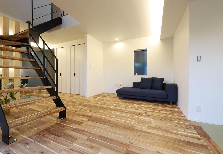 KOZEN-STYLE コバヤシホーム【デザイン住宅、収納力、間取り】LDKの床にはアカシアの無垢材を使用。リビングの一角には畳コーナーを設置。その奥には3畳分の納戸も設けてある