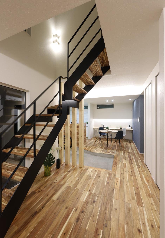 アイアンのストリップ階段はスペースを最小限に抑え、LDKに明るさと開放感を確保。黒いアイアンが空間を引きしめ、意匠性を高めている