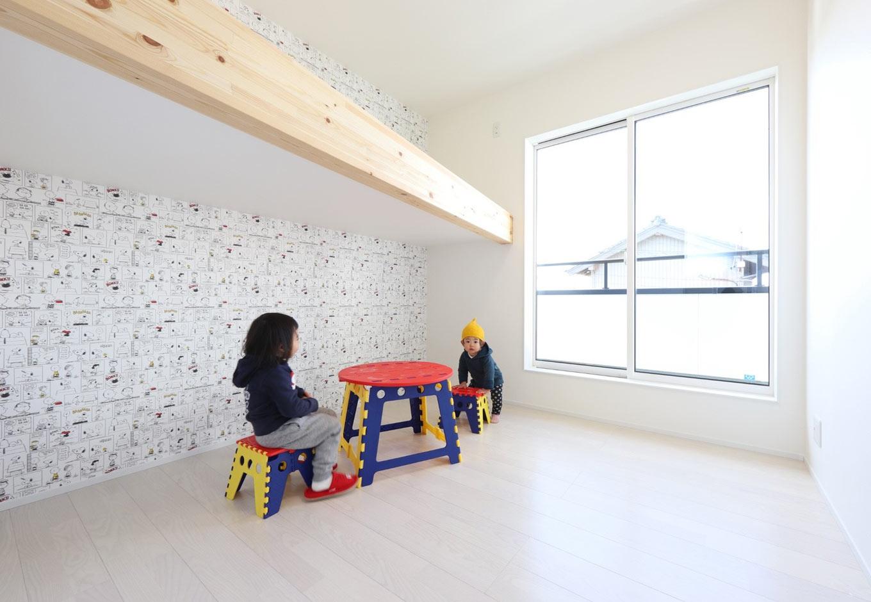 2階の子ども部屋。ロフトベッドを設けたことで4.5畳の空間をより広々と使うことができる。ベッドの下は収納として利用したり、好きなものを並べて自分だけの空間をつくったりする楽しみも