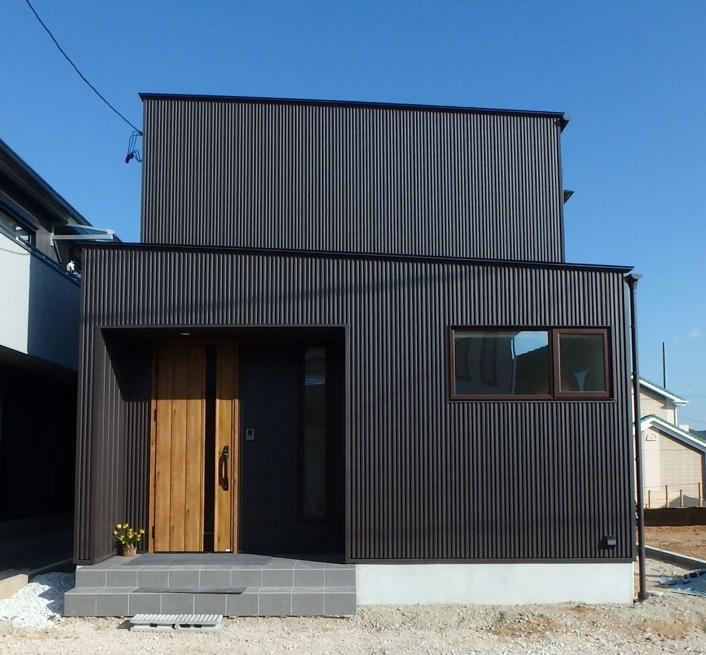 RIKYU (リキュー)【間取り、建築家、インテリア】43坪の敷地に建てた30坪のO邸。シンプルでスタイリッシュなフォルム、黒いガルバリウム鋼板の外壁が青空にくっきりと映える
