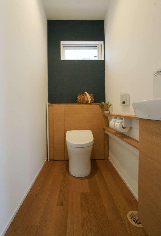 RIKYU (リキュー)【間取り、建築家、インテリア】玄関から近い場所に設置したタンクレスのトイレ。木を多用したことで空間に統一感が生まれ、リラックス効果も高まる