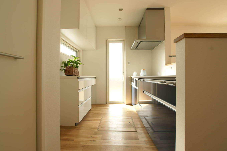 RIKYU (リキュー)【間取り、建築家、インテリア】2面採光の明るいキッチン。リビングから手元が見えないようにカウンターを高めに。ママ友と一緒にお菓子を作れるよう、作業スペースを広くした