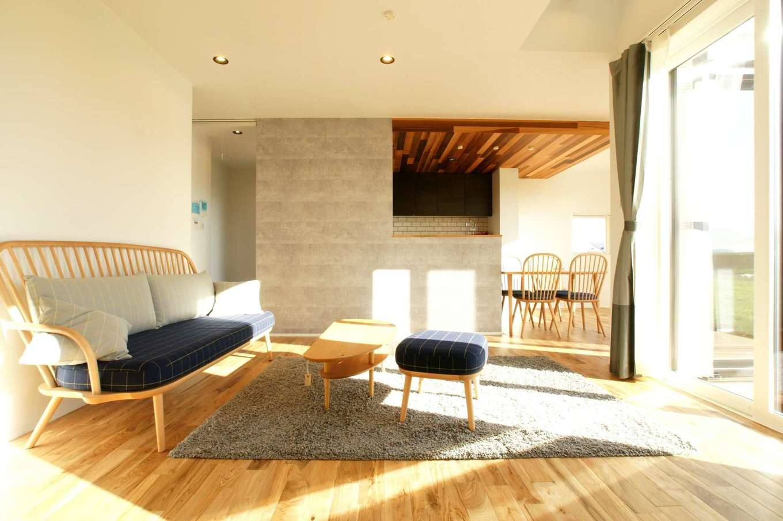 RIKYU (リキュー)【夫婦で暮らす、間取り、建築家】大きな開口部からたっぷりの光が降り注ぐLDK。アイランドキッチンは半分壁で隠し、リビングとつながりをもたせながら独立した雰囲気に。天井にレッドシダーを採用し、アクセントをつけた