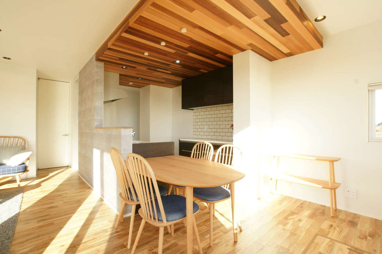 RIKYU (リキュー)【夫婦で暮らす、間取り、建築家】カフェスタイルのダイニングキッチン。白いサブウェイタイルは奥さまのお気に入り。ダイニングテーブルを横付けすることで、家事時間を短縮できる。