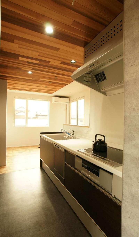 RIKYU (リキュー)【夫婦で暮らす、間取り、建築家】ご主人も料理をすることから、作業スペースを広く確保したキッチン。IHの前が壁で隠されているので料理に集中できそう。キッチンからどこに行くにも短い動線になるよう設計されている